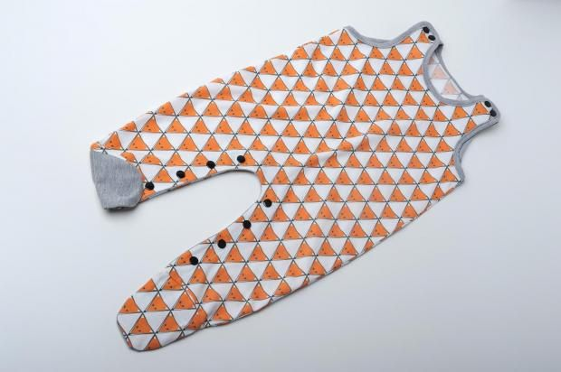 FREE: Strampler pattern and tutorrial available in sizes 56-74 (0-3m to 9-12m)