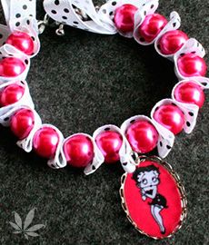 Betty in Pink: Pulsera en cinta blanca con lunares negros y perlas color rosa encendido, con camafeo de Betty Boop terminado en resina
