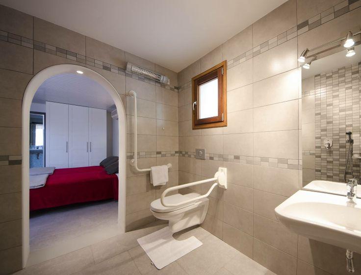 De #aangepaste #badkamer van de vakantievilla Villa Xenofilia I met onderrijdbare wastafel, inrijdbare douche en toilet met beugels.