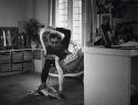 In het Spoor Terug: een portret van de in 1918 geboren joodse couturier Max Heymans, de nestor van de Nederlandse mode. Madame Chanel werd hij genoemd, vanwege zijn liefde voor de Parijse mode en zijn excentrieke verschijning: soms gewoon in spijkerbroek, dan weer in een jurk. Geld was niet belangrijk, als het maar tres haute couture was.  Met oa maaike Feitsma, die een sciptie over Heymans schreef, Joetta Honnebier van de stichting Haute Couture en fragmenten van John Knap.  Een documenta