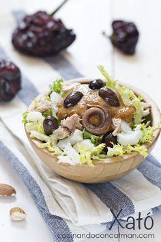 xató - ensalada de escarola, anchoas, atún y bacalao aliñada con salsa romesco
