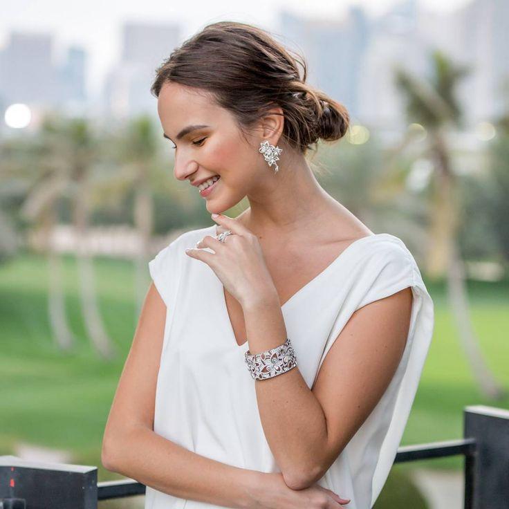 98 отметок «Нравится», 1 комментариев — Chaumet Arabia (@chaumet_arabia) в Instagram: «ستلمع ابتسامتك فورا عند ارتداء مجوهرات  La Nature de Chaumet #دبي #شوميه #زهرة  Your smile will…»