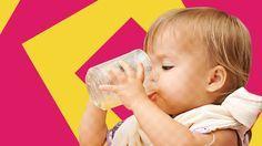 Dein Baby weiß meist selbst, wann es das Trinken aus einem Becher lernen will. Erfahre hier, wie Du es am besten beim Trinken lernen unterstützen kannst.