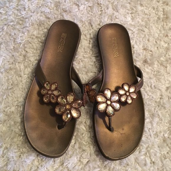 Kenneth Cole Reaction flats😄 Cute flats- fits like a 9 - can't find a size on shoe Kenneth Cole Reaction Shoes Flats & Loafers