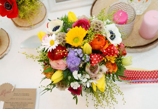 Darfs auch mal #bunt sein? #Vintage mit #bunten #Sträußen #Holzscheiben und #Kristall #Gläser - #Toll mit #Kraftpapier kombiniert - #Vintage #Wedding #Weddingideas #Weddinginspiration #Weddingbouquet #bride #bouquet