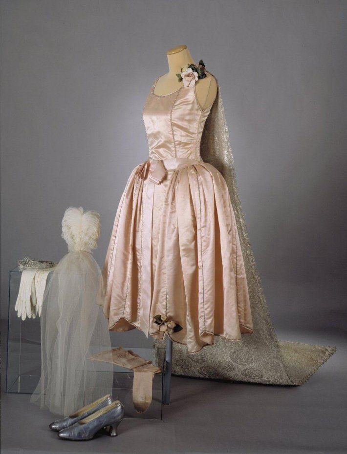 Debutante Court Ensemble: 1928, silk satin, brocade, ostrich feather headdress, silver shoes. Kuva: Jan Lindroth