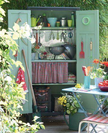 Une armoire transformée en abri de jardin/a wardrobe transformed into a garden shelter: