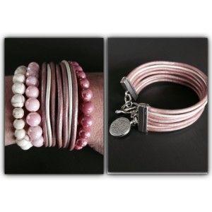 Mooie zomerse set in verschillende tinten roze en wit.  Bestaande uit een leren armband met kapittel sluiting en grote bedel van een munt. Twee armbanden van glaskralen in verschillende kleuren roze met een kleine bedel. En een crèmewitte armband van keramieke kralen.