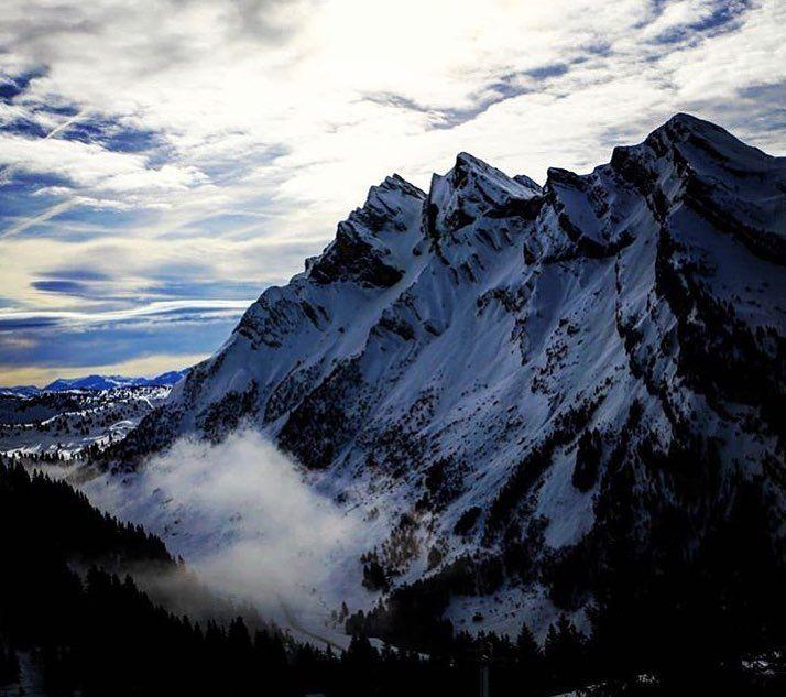 [ Bon weekend à tous  passez de belles fêtes  . Have a great weekend ! Enjoy the holidays  .  @marine_pttld . . #RadioMontBlanc #RMBMoments #PaysDuMontBlanc #Aravis #LaClusaz #SavoieMontBlanc #explore #FrenchAlps #Outdoor #LandscapeLovers #mountain #mountainlife #NeverStopExploring #HauteSavoie #MagicalPlace #BestMountain #BeautifulDestinations #LovelyPlanet #NatureLovers #SnowFall #christmas