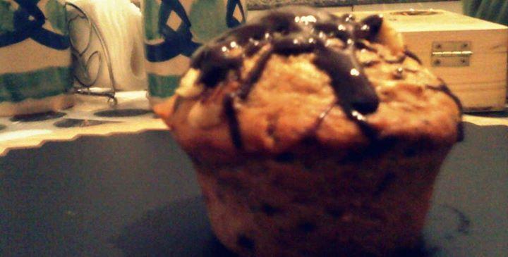 Mini Muffin semi integrali di banane e cioccolato con granella di nocciole e glassa al fondente