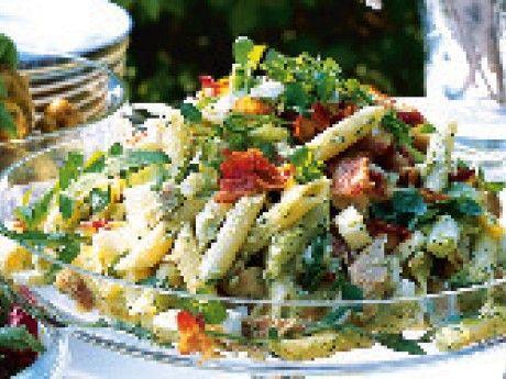 Krämig pastasallad med kyckling och fetaost   Pasta salad with chicken, feta cheese, bacon and pesto