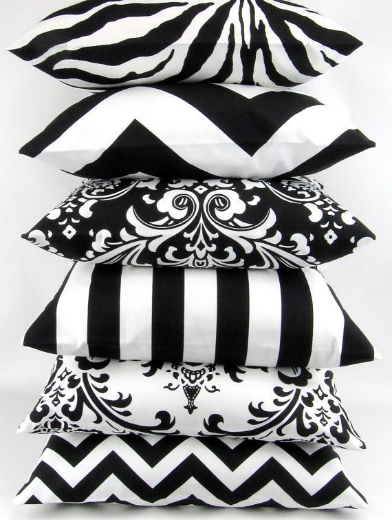 Black & white kussens in strepen en zigzag patronen.