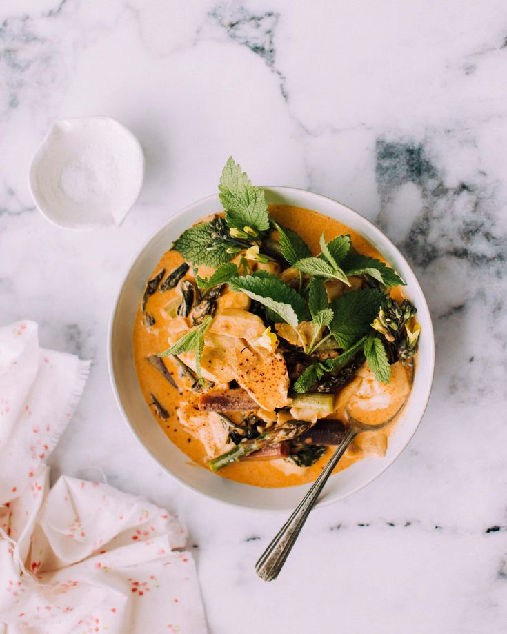 On my typical weeknight meals + an easy, everything-from-the-farmers-market dinner with fish and vegetables in a flavourful Thai coconut curry.
