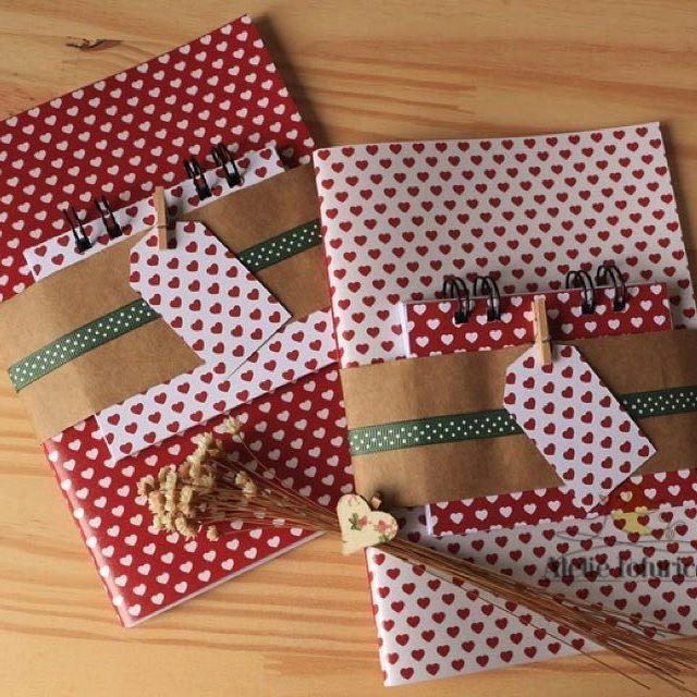O natal já está batendo na porta e aqui já tem presentes especiais. Kit de caderno, bloco de anotações e tag para escrever aquele recadinho especial.⠀ Na loja www.ateliefofurices.iluria.com⠀ ⠀ #kitpresente #presente #natal #flores #coracao #flowers #heart #rosa #rose #book #livro #caderno #bloco #papelaria #especial #ateliefofurices #gift #feitoamao #handmade #artesanal #artesanato #natal