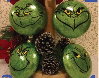 Ornements de Noël définie, babioles Grinch, Set de 4 décorations darbre de Noël  Ensemble de 4, 10cm/4 en verre (voir photographié), disque de verre 8cm/3,15, ou de 8cm/3,15 incassable babioles (en plastique), en forme, avec des paillettes intériorisée vert (il ne s'écaille partout dans votre maison!) et vinyle Grinch visage décorations. Noeud en ruban blanc est inclus pour aider à accrocher.  Emballé pour expédier en toute sécurité dans des copeaux de bois recyclables et carton ondulé…