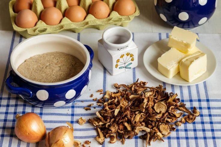 Vykynutý kvásek v keramickém krajáči, hrst hub, za kterými je vzpomínka na voňavý les, kus másla a čerstvá vejce.