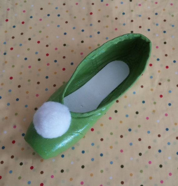 Peter Pan Tinkerbell Decorated Pointe Shoe by FandomsEnPointe