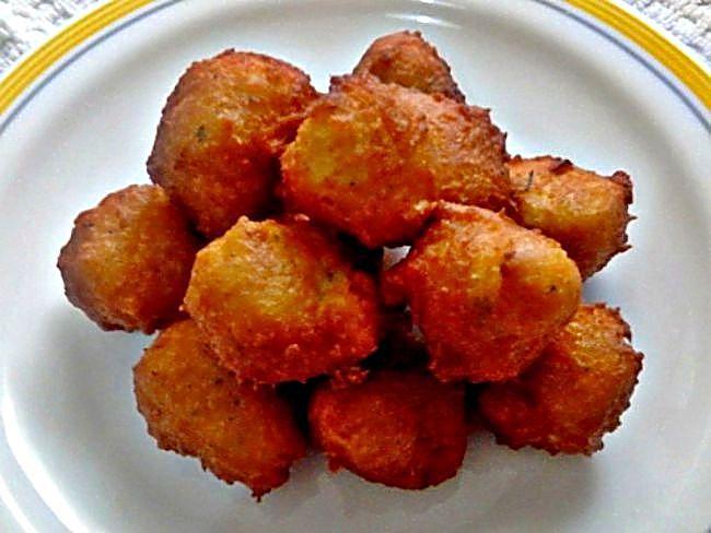 Una receta de aprovechamiento para cuando nos queda la pechuga del pollo. Podemos hacer unas divertidas bolitas con un rico sabor.