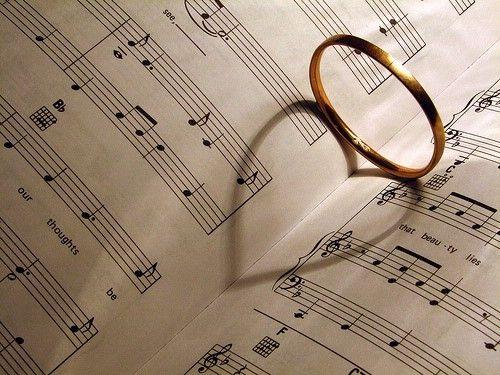 La vida, como el cine, tiene música propia. Muchos de los momentos importantes de nuestra vida poseen su propia banda sonora. La música no acompaña y envuelve en todos los ambientes, sobretodo cuando se trata de determinadas reuniones de muchas personas. Ayuda a crear climas definidos, aporta estilo y distinción, potencia sentimientos, transmite la magia del momento y, lo más importante, ayuda a recordar.