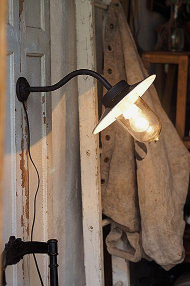 外灯ブラケットランプ-vintage bracket lamp 外看板やエントランスにスポットを充てる、アームが伸びた形状。弓なりに90度真下を照らすフォルムや、壁に対して斜めに光を分散する形等、場所と用途に合わせたブラケットランプが数個入荷。全て外付けを見越して各配線箇所に防水加工を施しております。