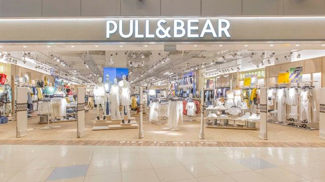 Pull Bear Singapore Has Refreshed Its Store Image In An Improved Location In Vivocity Store Design Interior Shop Front Design Retail Design