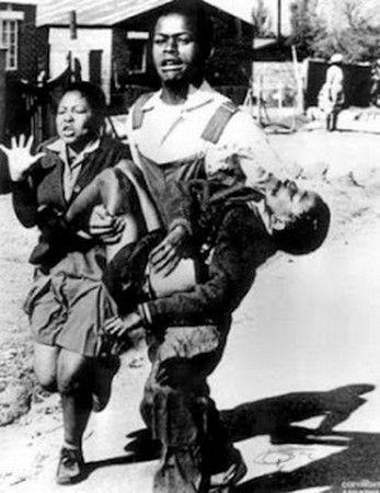 Εκτορ Πιτερσον http://www.thessalonikiartsandculture.gr/kosmos/istories/7-paidia-pou-allaksan-ton-kosmo Έγινε το σύμβολο της εξέγερσης το 1976 στο Σοβέτο της Νότιας Αφρικής  όταν κυκλοφόρησε αυτή η φωτογραφία σε όλο τον κόσμο. Σκοτώθηκε σε ηλικία 12 ετών, όταν η αστυνομία άνοιξε πυρ εναντίον φοιτητών που διαμαρτυρόντουσαν. Ο Έκτορας έγινε σύμβολο της αντίστασης της βαρβαρότητας της κυβέρνησης του απαρτχάιντ, σήμερα  γνωστής ως Εθνική Ημέρα Νεολαίας στη Ν.Αφρική.