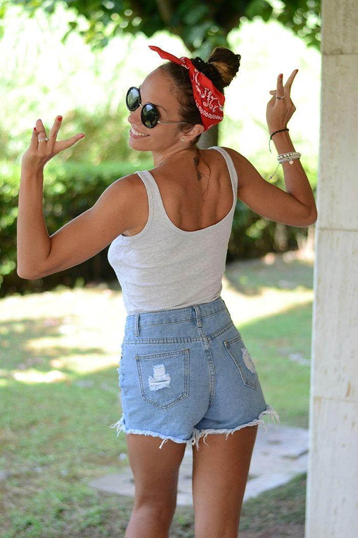 look con bandana rossa - pin up style - high waisted denim shorts