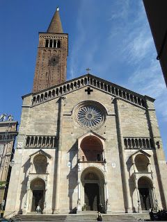Immagini della facciata della Cattedrale di Piacenza, sublime monumento di architettura romanica. La Cattedrale di Piacenza fu costruita tra il 1122, data tramandata da una lapide murata nella ...