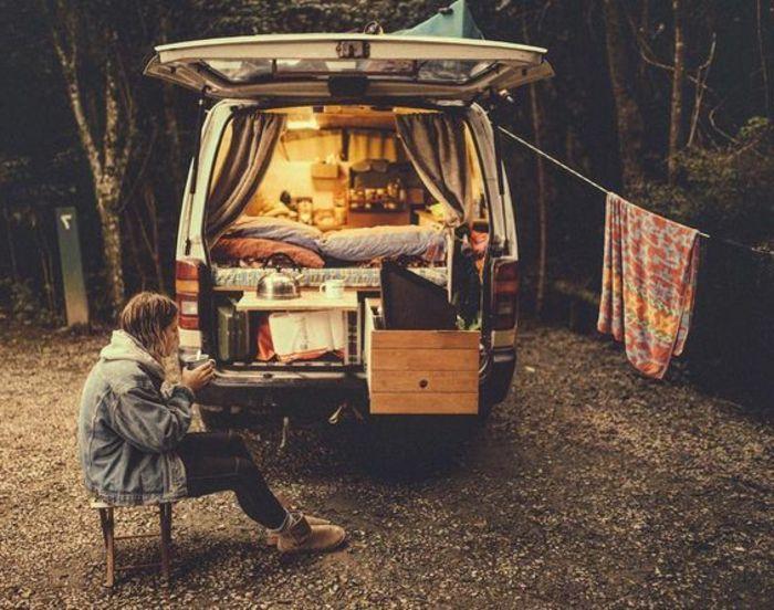 vivre dans une caravane, boire du café en plein air