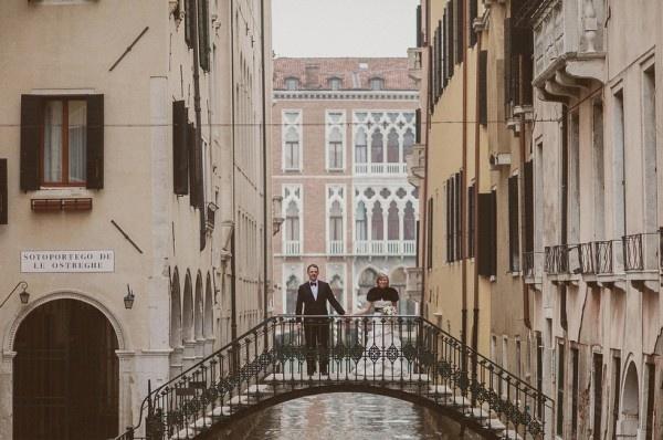 bride & groom in a bridge in Venice