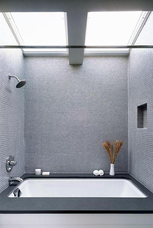 Salle de bain - Bathroom : Salle de bain moderne, mosaïque, fenêtres de toit.