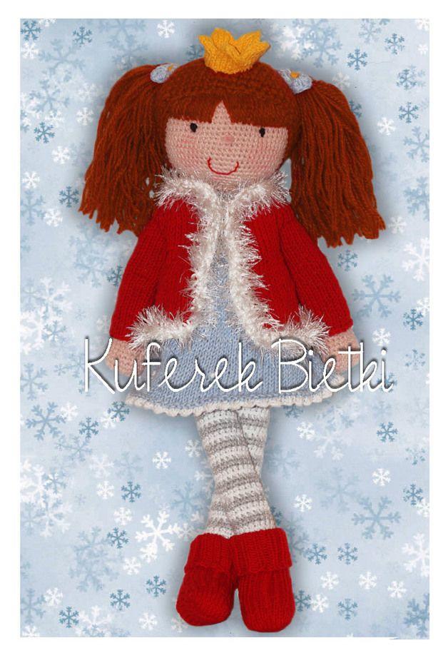 Księżniczka Luna - lalka wykonana na szydełku. Lalka ubrana jest w sukienkę, sweterek i skarpetki wykonane na drutach. Ubranka te można zdejmować. Włosy lalki upięte są w kucyki.