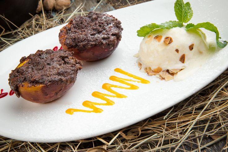 Персики, запеченные с шоколадно-миндальным штрейзелем