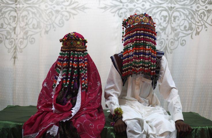 Пакистанские девушки для свадебной церемонии выбирают наряды глубокого красного, розового и фиолетового цветов. На голову жених и невеста надевают традиционные гирлянды из бисера и хлопчатобумажных нитей.