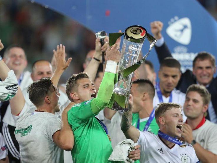 Die deutschen Spieler jubeln in Krakau mit dem EM-Pokal. Foto: Jan Woitas Quelle: dpa
