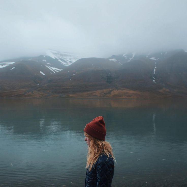 Alex Mazurov в Instagram: «Skanska bukta, Spitsbergen. На самом деле здесь не так холодно, как может показаться на первый взгляд. Летом температура здесь достигает +10 – +12, что вполне терпимо, главное быть одетым в непромокаемые и непродуваемые штаны и куртку, а под ними иметь дополнительный теплый слой вроде флиса или ультратонкого пуховика. Ну и, конечно, без пары хороших треккинговых ботинок здесь делать нечего. #meetthearctic»