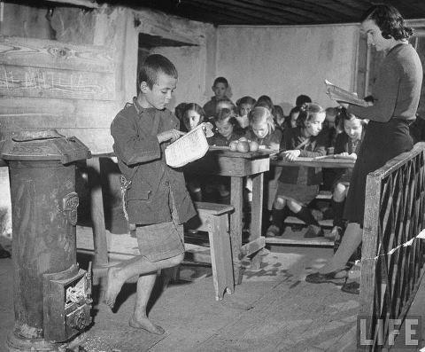 3 Sep 12, Σχολείο στη πόλη της Δράμας του 1947. Μέσα στη δίνη του εμφυλίου πολέμου, σε μια χώρα σχεδόν ερειπωμένη. Καταπληκτική φωτογραφία του αμερικανικού περιοδικού LIFE. Η δασκάλα με τους μαθητές της με την απαραίτητη ξυλόσομπα παρούσα.