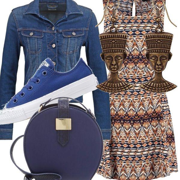 Etnico e sportivo al tempo stesso questo outfit: il vestito senza manica è abbinato a scarpe sneakers basse, un giubbotto di jeans e una borsa di forma rotonda a tracolla. Completano il tutto un paio di orecchini color bronzo, che danno il tocco etnico.