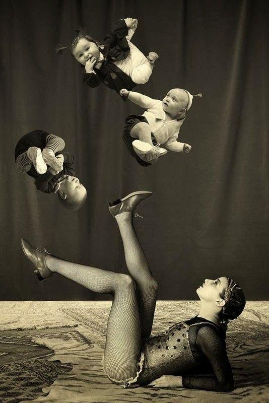 Acrobacias de la mujer loba http://www.mbfestudio.com/2013/11/las-acrobacias-de-mama-loba.html #mujer #acrobacias #belleza #mamas #madres