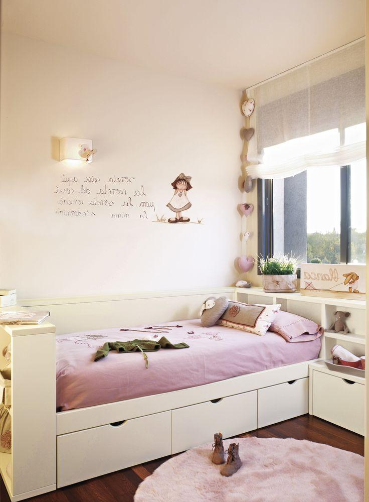 Dormitorio infantil con cama con cajones inferiores y alfombra en tonos lilas y blanco_289889