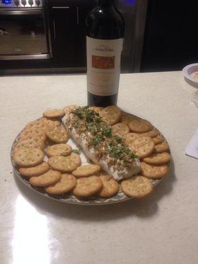 Hoy como es una ocasión especial! Preparamos un rico rollo de queso Philadelphia rellenó de atún y Chile en vinagre! A ver los oscars con un rico vinito y botanita!  Receta: 190g de queso …