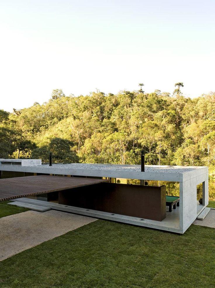 Galeria da Arquitetura | Residência São Luis do Paraitinga - Perpendicularmente ao pavilhão, foi projetada uma pérgula de madeira sobre vigas metálicas. Sua função é proteger o acesso e a garagem