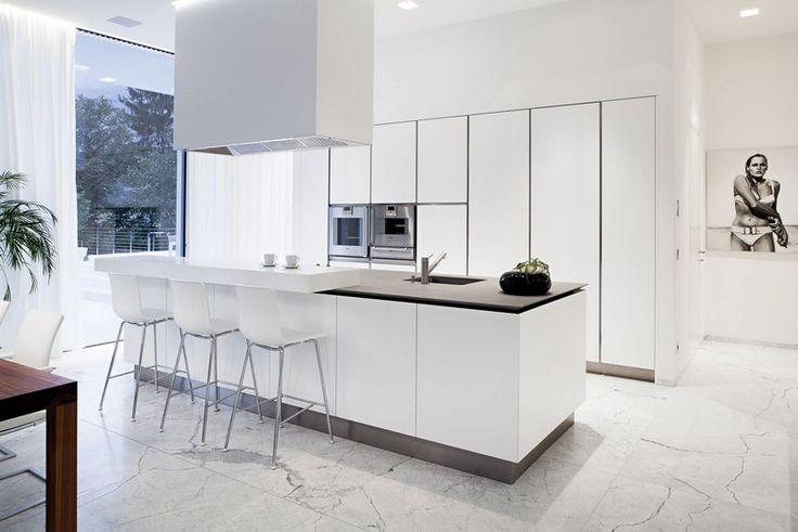 Weiße Küche mit grifflosen Fronten und Marmorboden