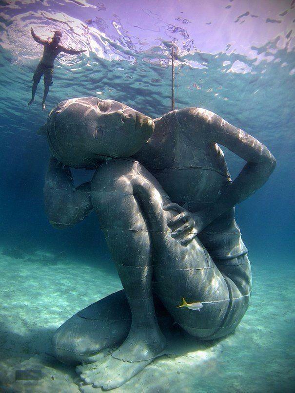 Увидев подобное, дайверы вдыхают сразу половину баллона с кислородом. Эпичные скульптуры Джейсона Тейлора расположились на морском дне по всему миру.