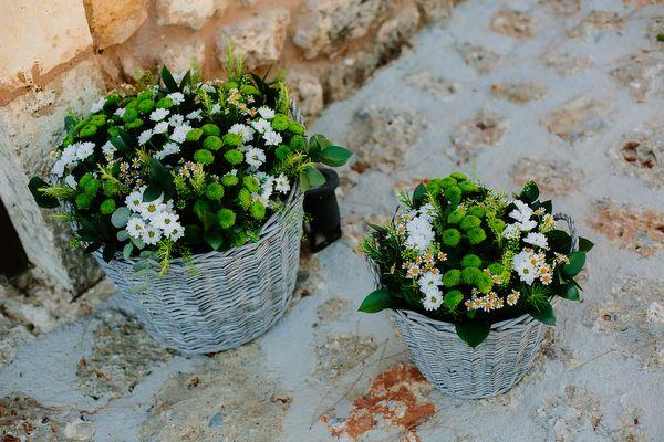 Minimal ανθοστολισμός εκκλησίας με λουλούδια σε ψάθινες γλάστρες. See Full Post  Photography by MY PHOTOGRAFER