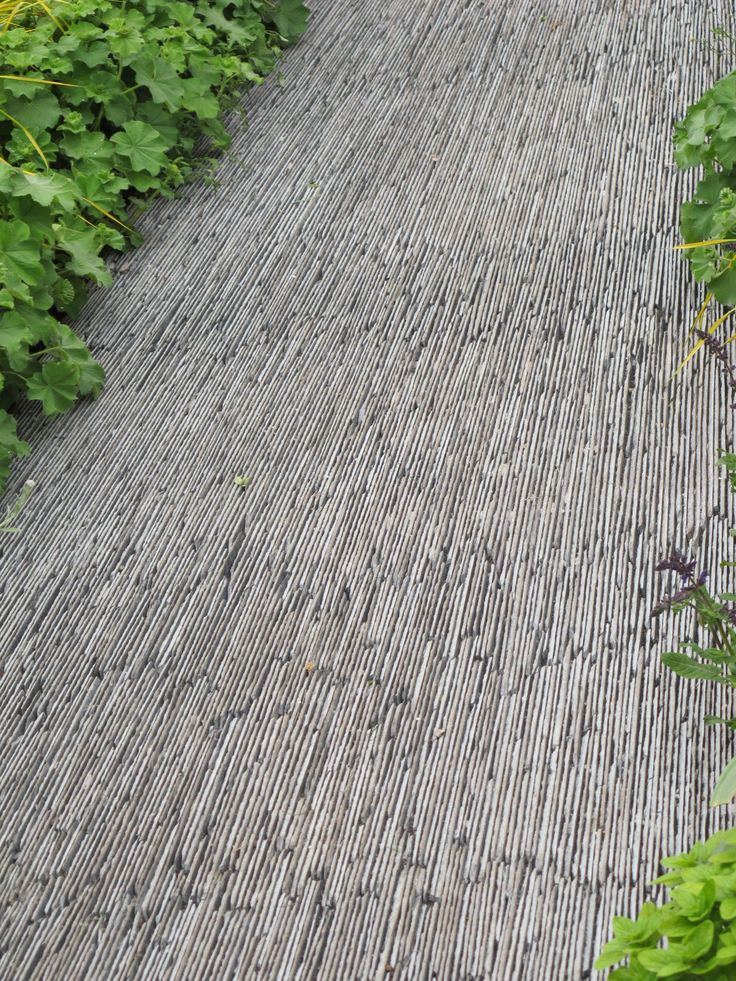 Slate garden path for a very dynamic effect.
