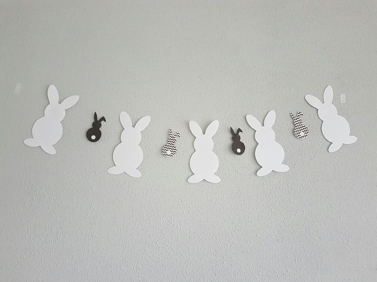 Paasslinger gemaakt. Zwart / wit. Staat mooi op de grijze muur