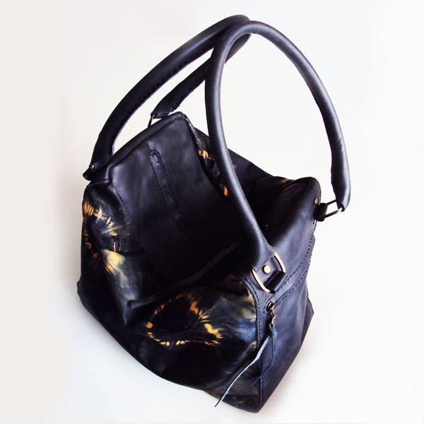 Ref: Bolso Antonia Material: Cuero pintado a mano Técnica: Batik Forro textil Medidas: 28cm x 32 cm x 20cm  Producto hecho a mano http://www.monicatejada.co/