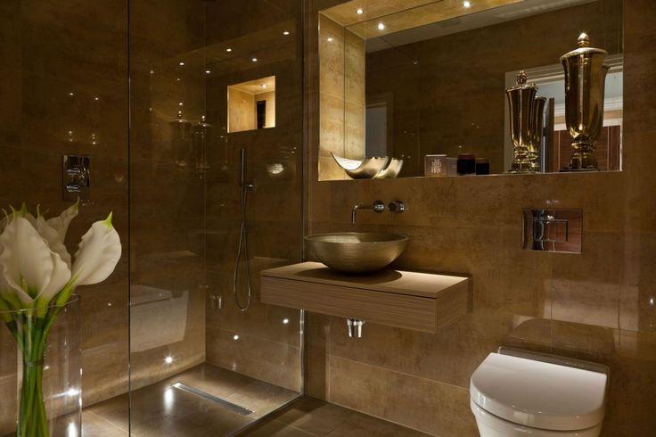 Шикарная ванная в теплых тонах с консолью, на которой умывальник-чаша бронзового цвета