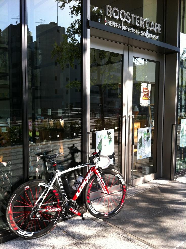 東京ソラマチBOOSTER CAFE。SCOTTのバイクをレンタル中!
